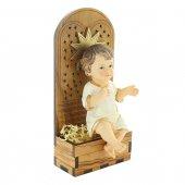 Immagine di 'Gesù Bambino in resina su trono in legno d'ulivo - dimensioni 15x7 cm'