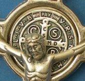 """Immagine di 'Croce in metallo di """"San Benedetto"""" su sfondo rosso - altezza 8 cm'"""