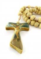 Immagine di 'Rosario in legno con croce tau resinata e legatura in seta'