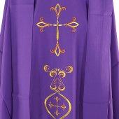 Immagine di 'Casula viola con ricco ricamo a croce'
