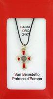 Croce San Benedetto coniata con bagno d'oro 24 kt con smalto rosso - 2,6 cm