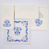 Immagine di 'Servizio da messa 4 pezzi ricamato in argento e blu con simbolo mariano'