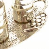 Immagine di 'Coppia ampolle con piatto in argento con decorazione'
