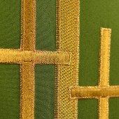 Immagine di 'Stola verde con croci latine dorate ricamate'