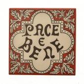 """Piastrellina da appendere """"Pace e bene"""" su sfondo rosso"""