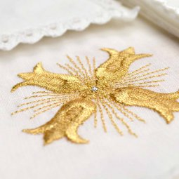 Copertina di 'Servizio da messa 4 pezzi con croce gigliata oro ricamata'
