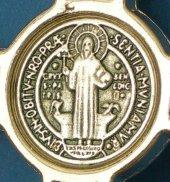 """Immagine di 'Croce in metallo """"San Benedetto"""" su sfondo blu - altezza 8 cm'"""