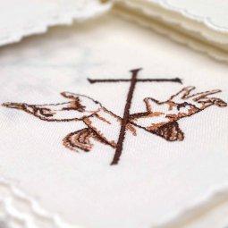 """Copertina di 'Servizio da messa 4 pezzi con ricamo """"croce latina e stigmate""""'"""