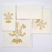 Immagine di 'Servizio da messa 4 pezzi ricamato in argento e oro con simbolo mariano'