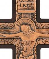Immagine di 'Crocifisso da parete in metallo bronzato su legno - 23 cm'