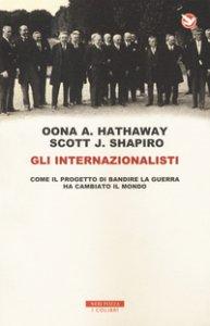 Copertina di 'Gli internazionalisti. Come il progetto di mettere al bando la guerra ha cambiato il mondo'