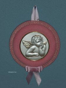"""Copertina di 'Sopraculla rotondo rosa con placca in argento bordata d'oro """"Angioletto"""" - diametro 8 cm'"""