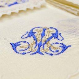 Copertina di 'Servizio da messa 4 pezzi ricamato in argento e blu con simbolo mariano'