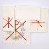 Immagine di 'Servizio da messa 4 pezzi con cristogramma Chi-Rho rosso, uva e spiga ricamati'