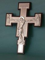 Immagine di 'Croce in argento su sfondo ligneo - dimensioni 35x26 cm'
