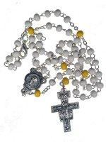 Rosario in legno bianco e giallo con croce di San Damiano e medaglia di Papa Francesco