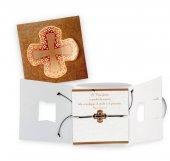 Braccialetto regolabile in corda con croce in metallo e confezione in cartoncino