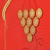 """Immagine di 'Stola rossa con ricamo """"uva e spighe""""'"""
