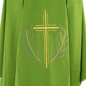 Immagine di 'Casula verde con croce stilizzata e ramoscelli d'ulivo ricamati'