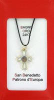 Croce San Benedetto coniata con bagno d'oro 24 kt con smalto bianco - 2,6 cm