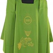 Immagine di 'Casula verde con ricamo e cristogramma IHS'