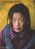 Looking east: portraits by Steve Mccurry. Ediz. illustrata - McCurry Steve