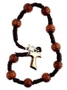 Copertina di 'Bracciale decina in corda con grani in legno e tau in metallo'