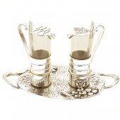 Coppia ampolle con piatto in argento con decorazione