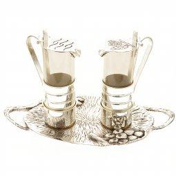 Copertina di 'Coppia ampolle con piatto in argento con decorazione'