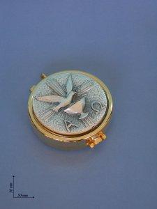 """Copertina di 'Teca eucaristica porta ostie dorata con placca argentata """"Colomba, alfa e omega"""" - diametro 5 cm'"""