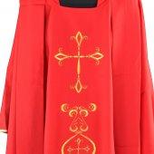 Immagine di 'Casula rossa con ricco ricamo a croce'