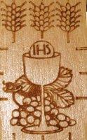 Immagine di 'Croce Prima Comunione in ulivo con calice e spighe - 5,5 x 4,5 cm'